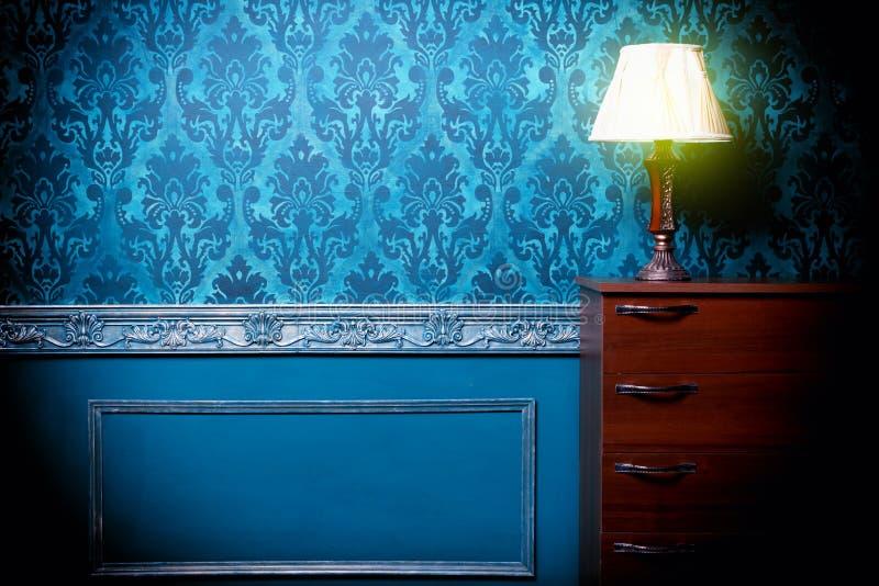 De uitstekende lamp in retro blauw stemde binnenland stock fotografie