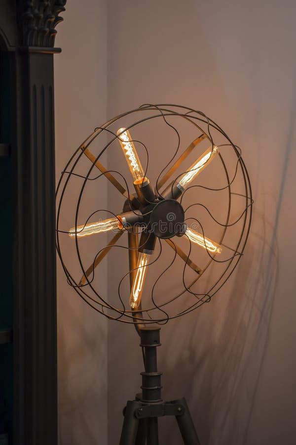 De uitstekende lamp van Edison, vloer lange lamp in een zwarte gesmede kooi in de vorm van een ventilator stock afbeelding