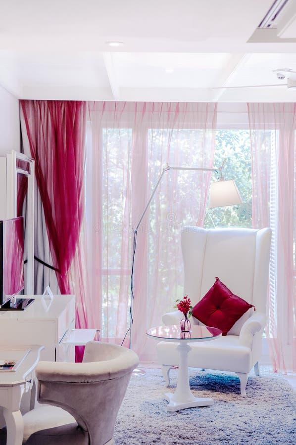 De uitstekende leunstoel van het luxe binnenlandse uitstekende leer met staande lamp royalty-vrije stock foto's