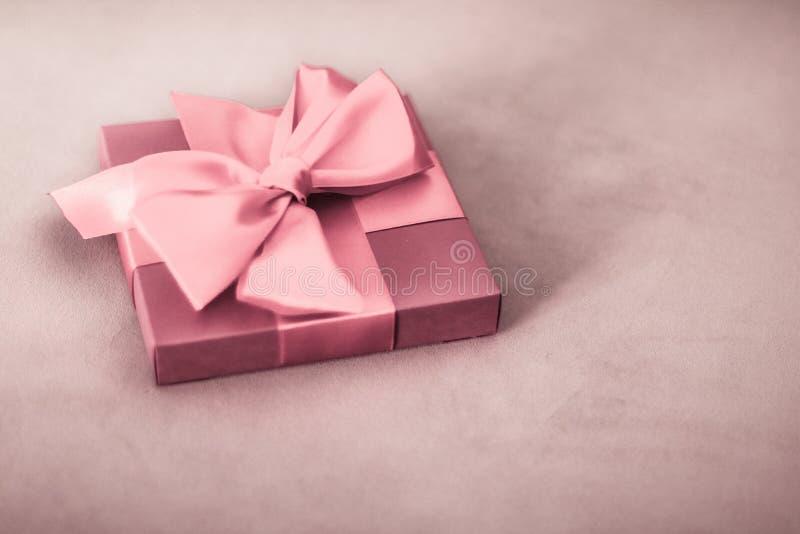 De uitstekende luxevakantie bloost roze giftdoos met zijdelint en boog, Kerstmis of van de valentijnskaartendag decor royalty-vrije stock fotografie