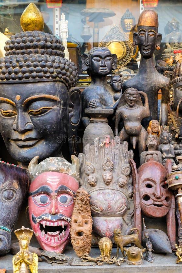 De uitstekende met de hand gemaakte maskers en de beeldhouwwerken worden verkocht op de markt stock afbeelding