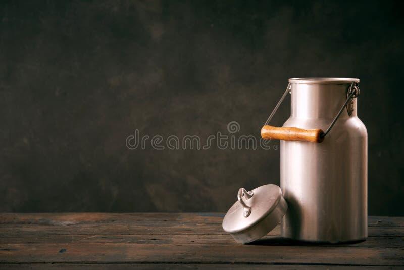 De uitstekende metaalmelk kan met deksel stock afbeeldingen