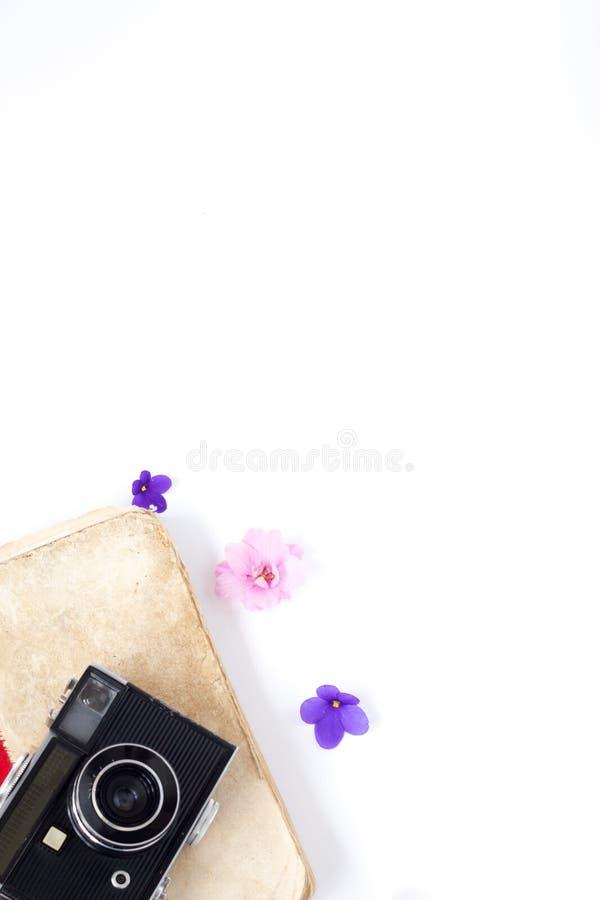 De uitstekende oude het boekbloem en de thee van de filmcamera op witte achtergrond royalty-vrije stock afbeeldingen