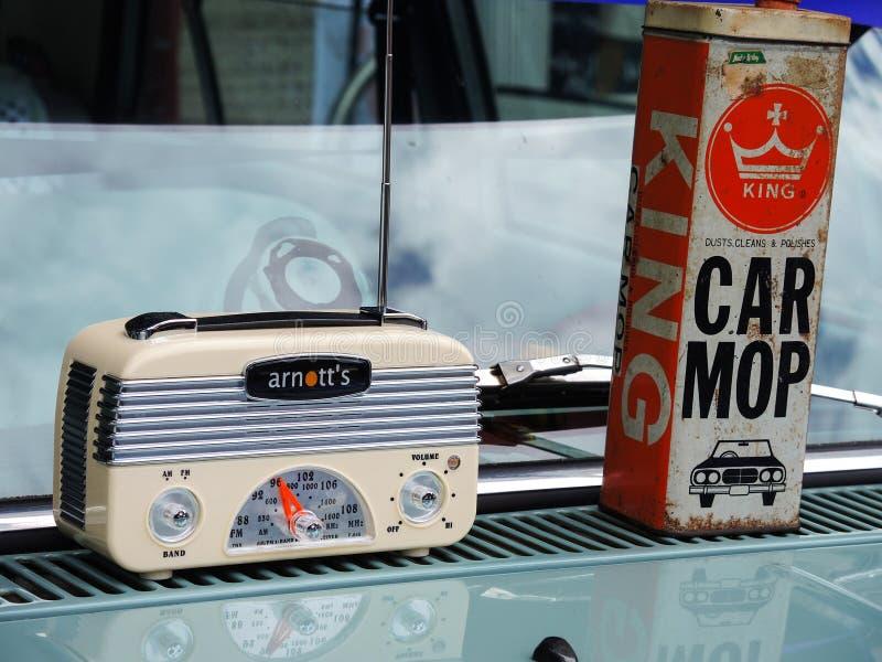 De uitstekende radio en koningsauto dweilt auto die oud merk op een kap van de auto schoonmaken royalty-vrije stock afbeeldingen