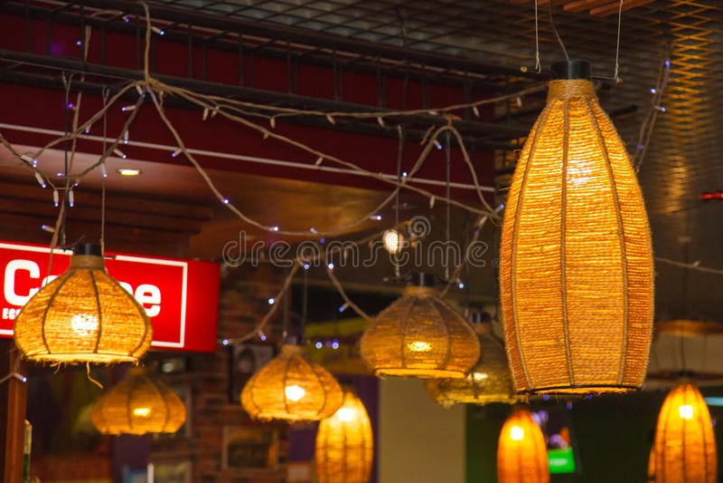 De uitstekende rieten lamp van de straatmuur in stad royalty-vrije stock foto