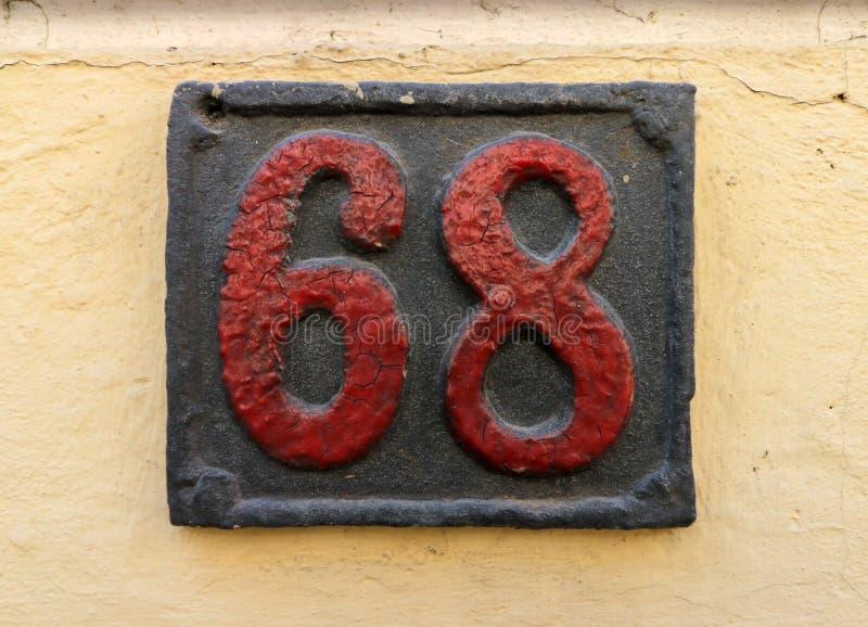 De uitstekende roestige plaat van het grunge vierkante metaal van aantal straatadres met aantal stock afbeeldingen