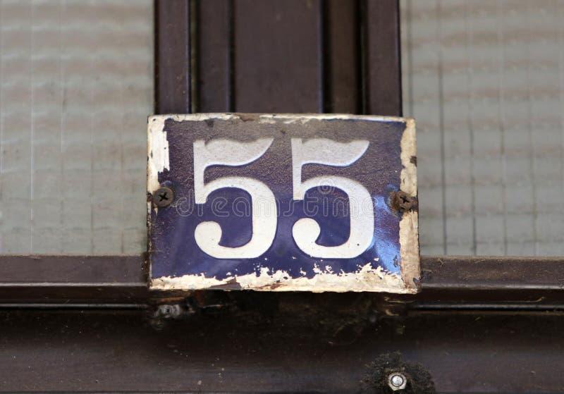 De uitstekende roestige plaat van het grunge vierkante metaal van aantal straatadres met aantal royalty-vrije stock afbeeldingen