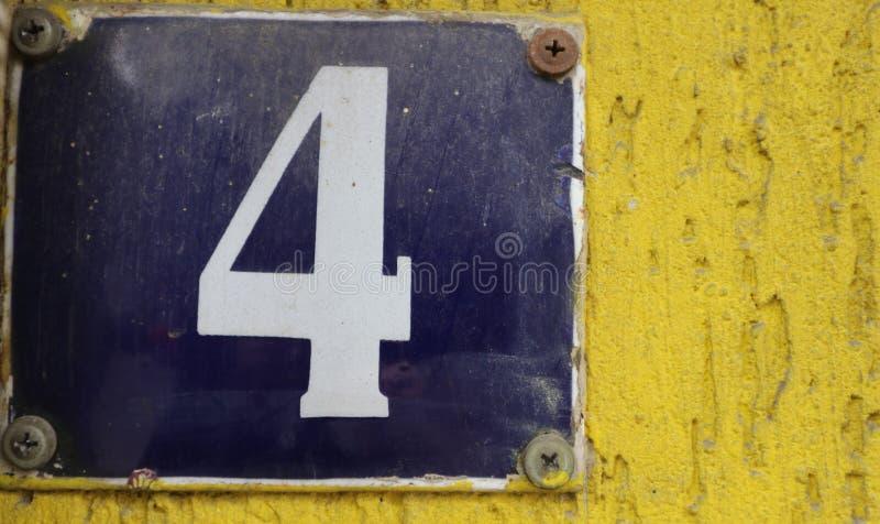 De uitstekende roestige plaat van het grunge vierkante metaal van aantal straatadres met aantal stock foto
