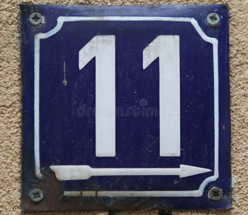 De uitstekende roestige plaat van het grunge vierkante metaal van aantal straatadres met aantal stock afbeelding
