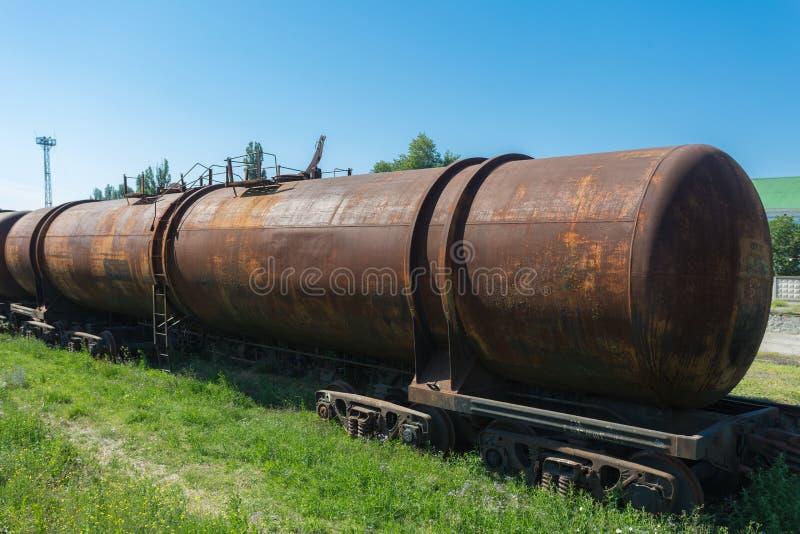 De uitstekende roestige trein van olietanks stock afbeelding
