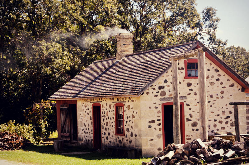 De uitstekende Rook van de Huisschoorsteen stock fotografie