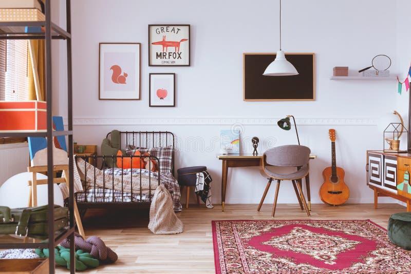 De uitstekende slaapkamer van stijljonge geitjes met meubilair stock foto