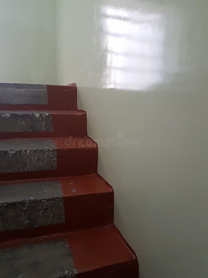 De uitstekende trap aan de kanten schilderde in de kleur for Lichtgrijze muur