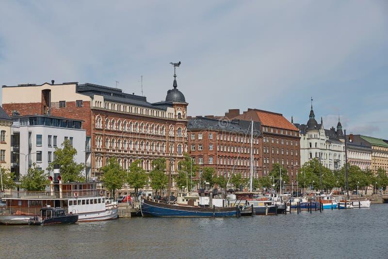 De uitstekende woonplaatsen in Helsinki in Finland zijn langs dijk stock foto's