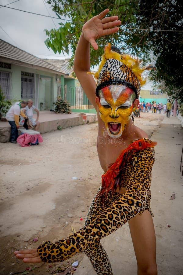De uitvoerder kleedde zich in het kostuum en het gezicht van de jaguarhuid royalty-vrije stock afbeeldingen