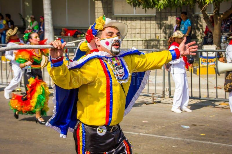 De uitvoerders met kleurrijke en gedetailleerde kostuums nemen aan C deel stock foto's