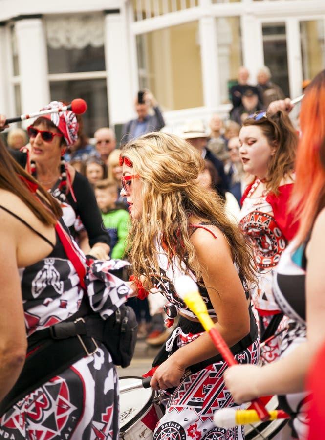 De uitvoerders van Batala Mersey Carnaval verbinden stock fotografie
