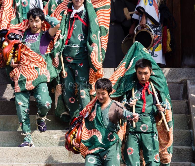 De uitvoerders van de leeuwdans bij Takayama-festival, Japan royalty-vrije stock foto's