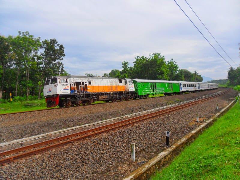 De uitvoerende lijn Yogyakarta van de Passagierstrein aan Djakarta stock foto
