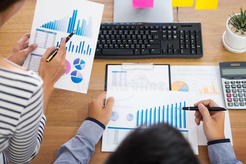 De uitvoerende macht commerciële teamontwerper die samen met nieuw startproject met tabletpc en laptop in modern bureau werken stock foto's