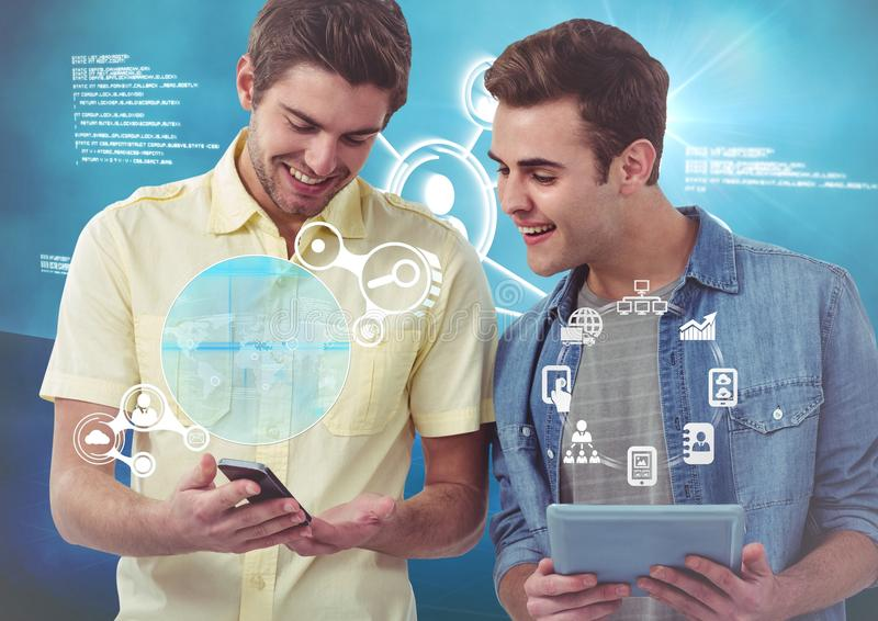 De uitvoerende macht die digitale tablet en mobiele telefoon met de interface van de netwerkverbinding houden royalty-vrije stock foto