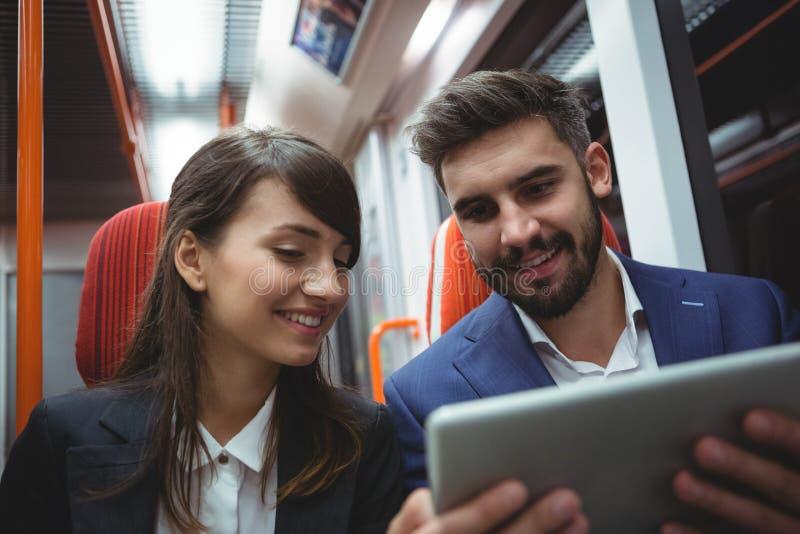 De uitvoerende macht die digitale tablet gebruiken die aan de gang reizen royalty-vrije stock foto