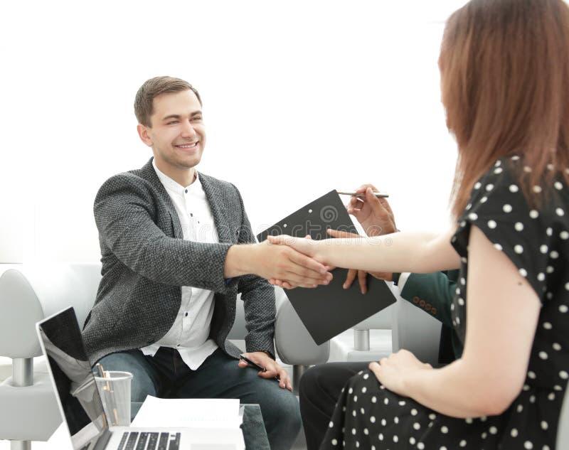 De uitvoerende macht die handen schudden tijdens een commerciële vergadering in het bureau royalty-vrije stock foto