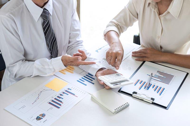 De uitvoerende van de Commerciële conferentie teampresentatie over vergadering aan de planning van investeringsproject het werken royalty-vrije stock afbeeldingen