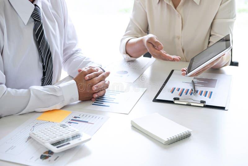 De uitvoerende van de Commerciële conferentie teampresentatie over vergadering aan de planning van investeringsproject het werken royalty-vrije stock afbeelding