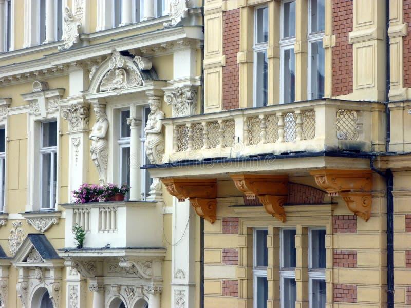 De uitvoerig Verfraaide Huizen in de stad van Praag, Tsjechische Republiek stock afbeeldingen