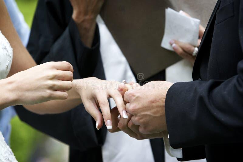 De uitwisseling van de de ceremoniering van het huwelijk royalty-vrije stock foto