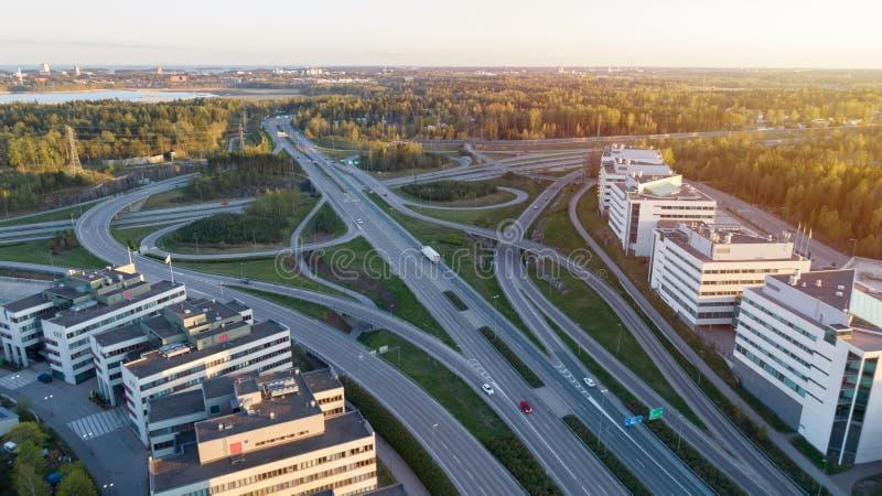 De uitwisseling van de het systeemweg van het wegvervoer bij zonsondergang Groene de wegmanier van de de zomertijd stock afbeeldingen