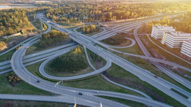 De uitwisseling van de het systeemweg van het wegvervoer bij zonsondergang Groene de wegmanier van de de zomertijd royalty-vrije stock foto