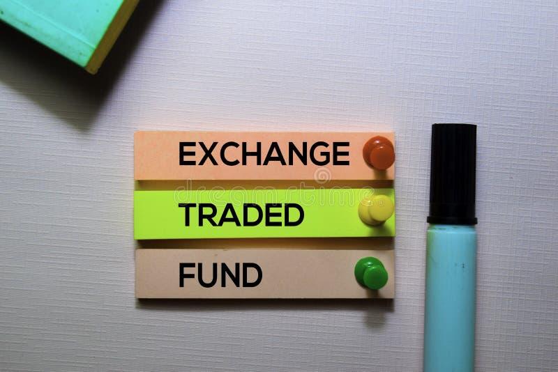 De uitwisseling Verhandelde tekst van Fondsenetf op kleverige die nota's op bureau worden geïsoleerd stock afbeelding