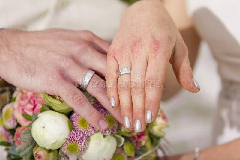 De uitwisselingsringen van het tuinhuwelijk royalty-vrije stock foto's