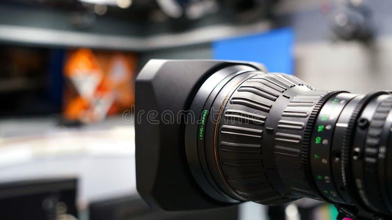 De uitzendingsvideocamera camcorder terug in studiotv toont stock afbeelding