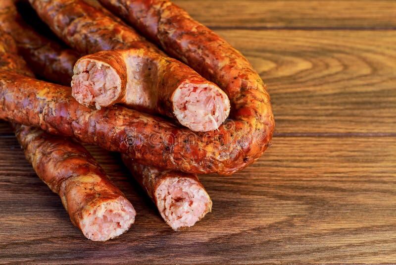 de ukarinian eigengemaakte worst van het kielbasavarkensvlees, beweegt gebakken spiraalsgewijs stock foto's