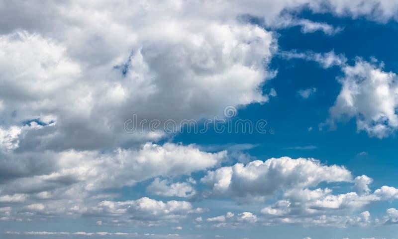 De ultra bewolkte geïsoleerde hemel van het kwaliteitspanorama, reusachtige en dramatische wolken royalty-vrije stock foto's
