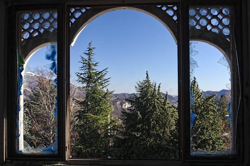 De uma janela quebrada fotografia de stock royalty free