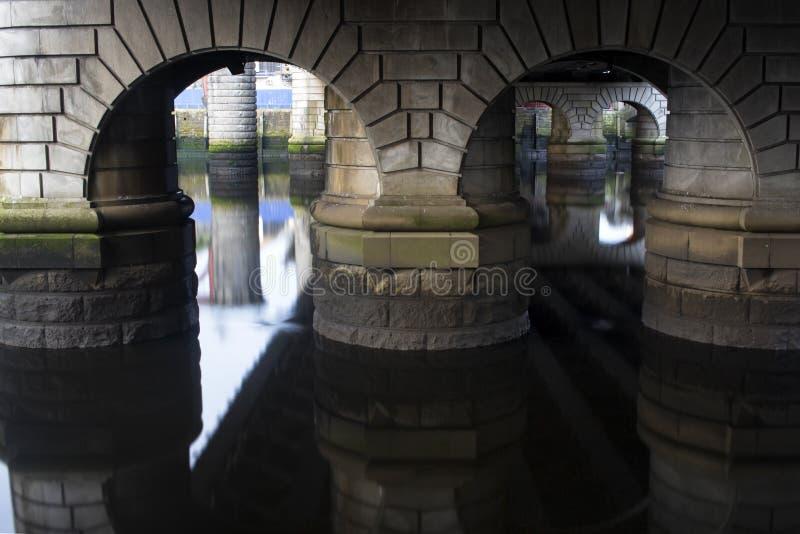 De underbara broarna över floden Clyde i Glasgow arkivfoton