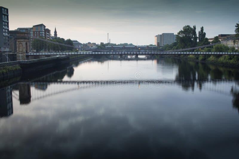 De underbara broarna över floden Clyde i Glasgow royaltyfria bilder