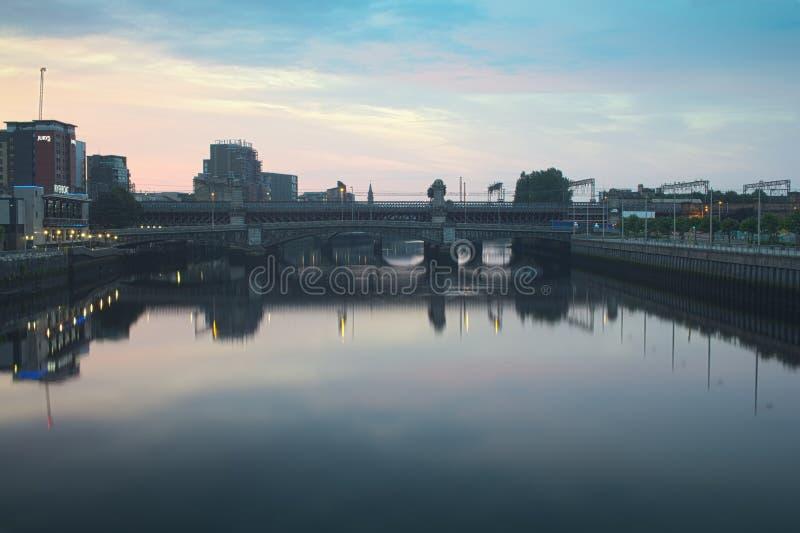 De underbara broarna över floden Clyde i Glasgow arkivfoto