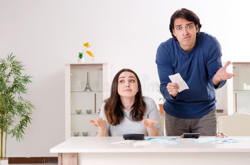 De unga paren i budgeten som planerar begrepp royaltyfri foto