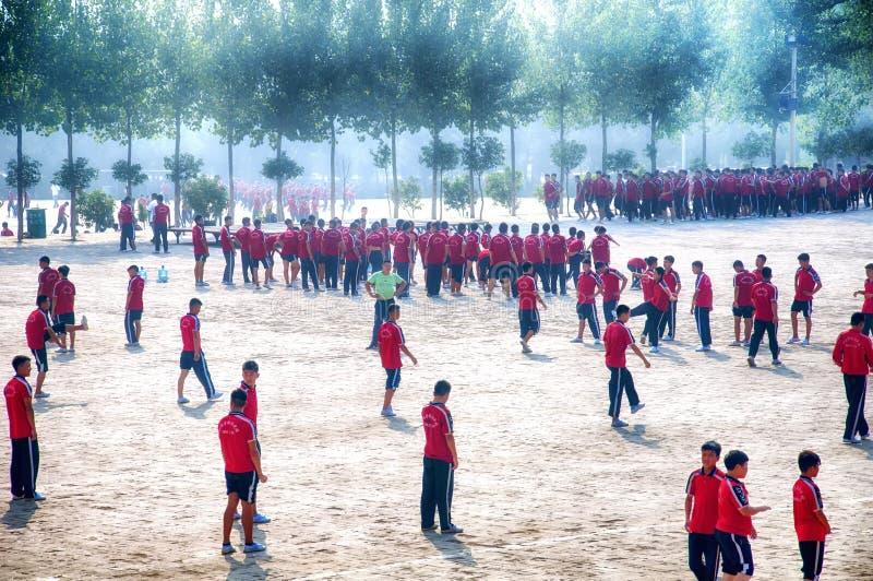 De unga studenterna av shaolinkampsporter arkivbilder