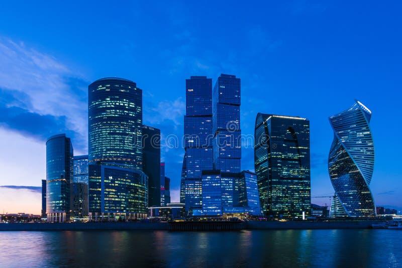 De unieke wolkenkrabber van de stad van Moskou, het moderne bureaucentrum in het hart van hoofdstad van Rusland in de avond royalty-vrije stock foto's