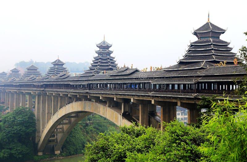 De unika byggnaderna av den Dong nationaliteten i Sanjiang, Guangxi landskap arkivfoton
