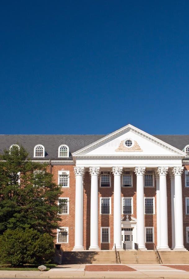 De universitaire campusbouw stock afbeeldingen