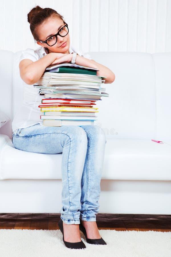 De universitaire student zit op bank stock afbeeldingen