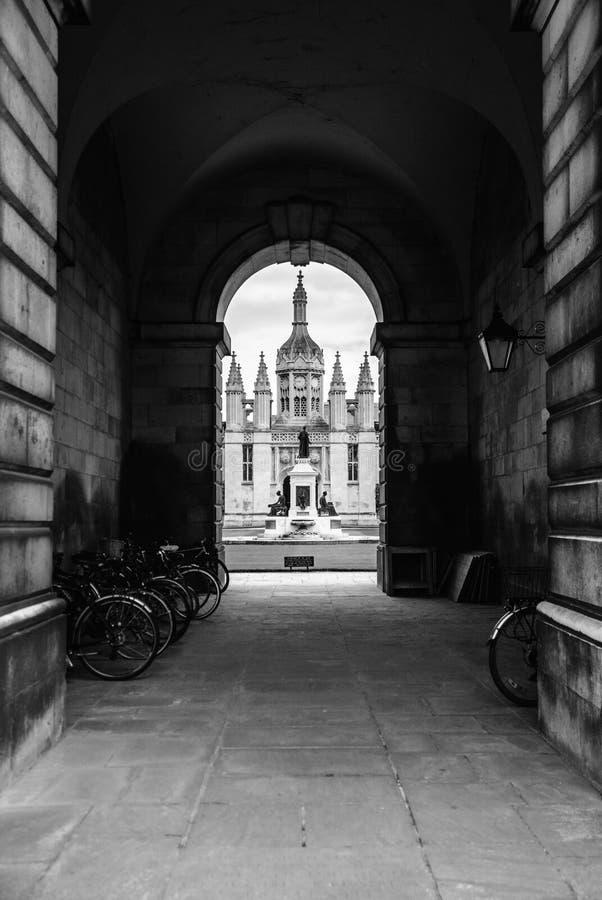 De universiteit van de koning - middeleeuwse passage, Cambridge, Engeland stock fotografie