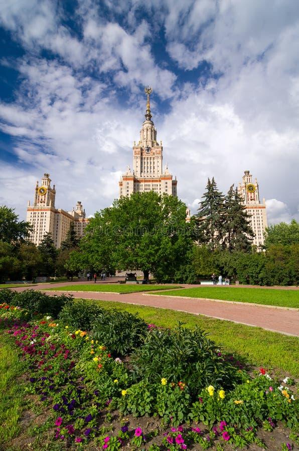 De Universiteit van de Staat van Lomonosovmoskou in de zomer royalty-vrije stock foto's
